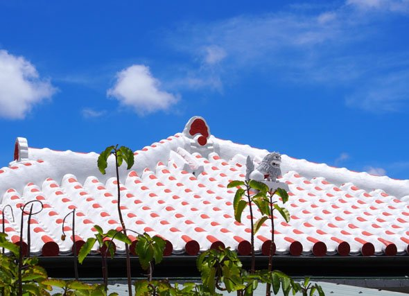 赤白の屋根とシーサー